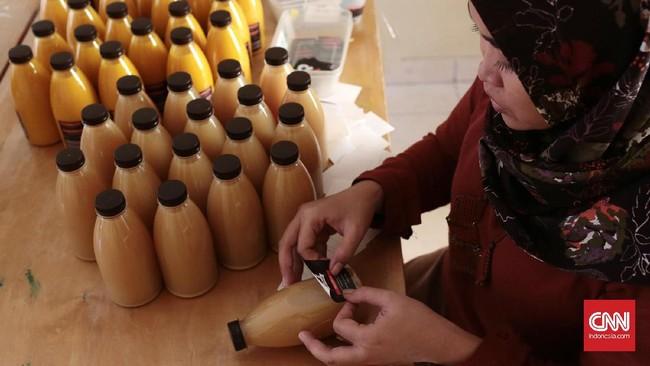Jika melacak rekam jejak sejarahnya, jamu di Indonesia telah pula diproduksi pabrik-pabrik jamu besar seperti Jamu Air Mancur, Nyonya Meneer atau Djamu Djago, dan dijual di berbagai toko obat dalam kemasan sachet. Kini, publik bisa memperolehnya dengan cara membeli secara online.(CNN Indonesia/Andry Novelino)