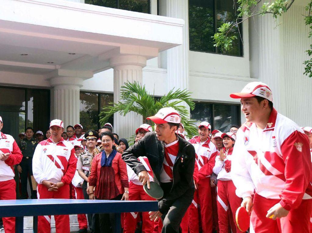 Jokowi terlihat berpasangan dengan Erick Thohir. Sebenarnya keduanya bertanding melawan Susy Susanti dan legenda tenis meja Yopie Warsono.
