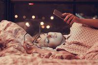 Sebaiknya alihkan pikiran dan pandangan dari keinginan untuk mengecek jam. Saat masuk waktu tidur dan mulai mengantuk, segera pejamkan mata. Foto: Thinkstock