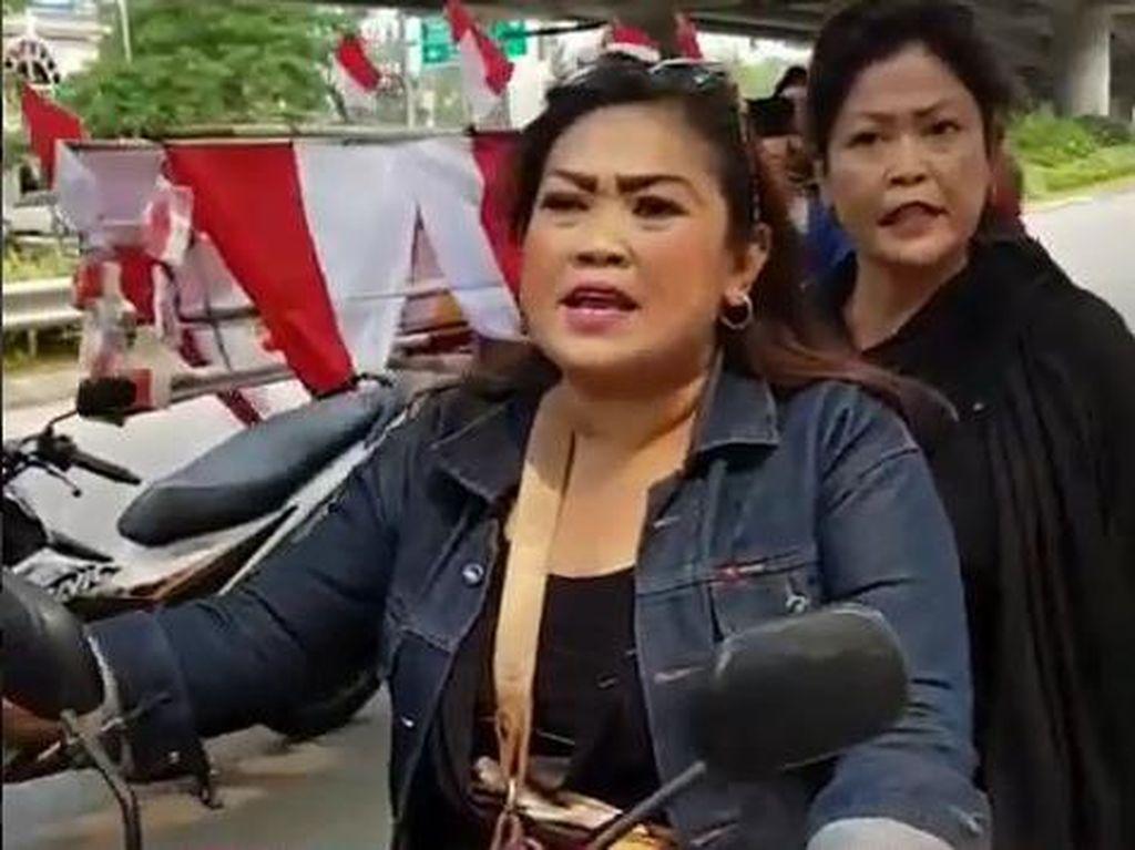The Power of Emak-emak! Aksi ibu-ibu di jalan raya pasti jadi viral di internet. Dua emak-emak naik motor matic tanpa helm adu mulut dengan pengemudi mobil yang juga perempuan. Adu mulut yang sepertinya terjadi di Jakarta Timur ini bikin netizen terbahak-bahak dan geleng-geleng kepala (Instagram)