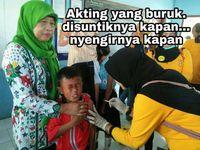Saking takutnya, kadang sudah nyengir duluan meski belum disuntik. Foto: Facebook: Eko Bambang Visianto