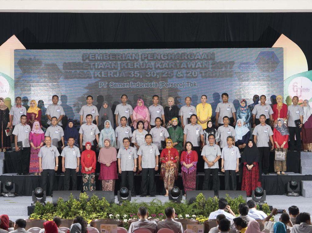 Sebanyak 348 karyawan dengan masa kerja 20,25,30 dan 35 tahun menerima penghargaan kesetiaan kerja dari perusahaan. Dok. Semen Indonesia.