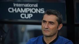 Fan Marah Barcelona Perpanjang Kontrak Valverde
