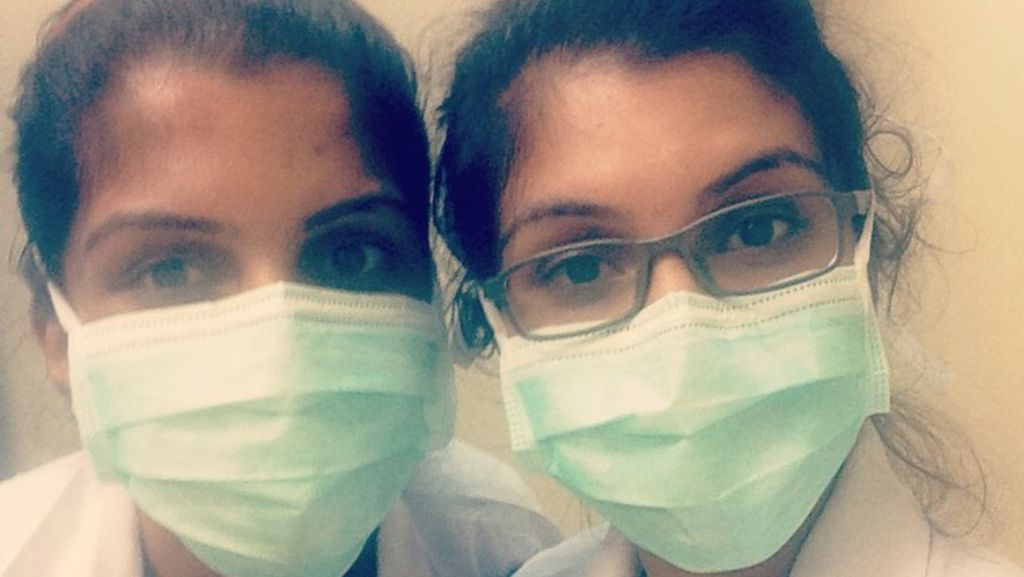 Foto: Bikin Bingung! Ketika Dokter Kembar Berbarengan Menangani Pasien
