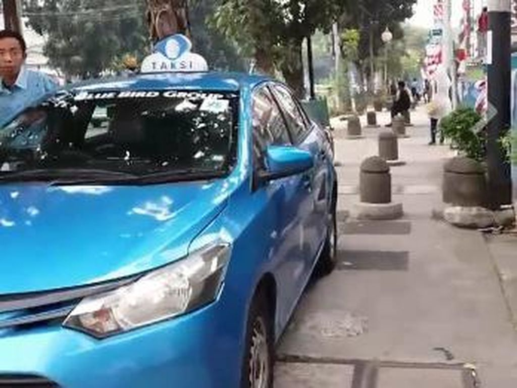 Besoknya tanggal 9 Agustus 2017, ramai di Facebook video Ketua Koalisi Pejalan Kaki Alfred Sitorus berdebat dengan sopir taksi Blue Bird yang memarkirkan mobil di trotoar. Siapa yang tidak kesal melihat trotoar untuk pejalan kaki malah dipakai parkir mobil (Facebook)