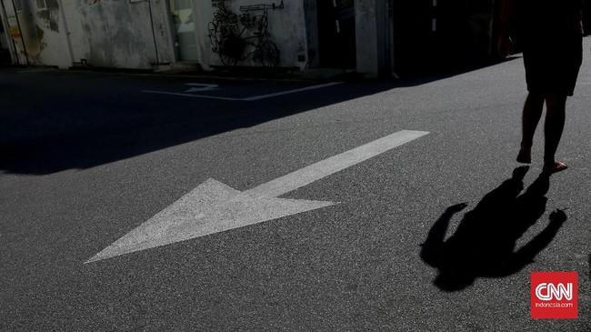 Marka jalanmenjadi menarik sebagai obyek fotografi jalanan jika dipadu dengan bayangan pejalan kaki. Memilih sudut pandang yang tepat dan waktu yang pas salah satu tantangannya.