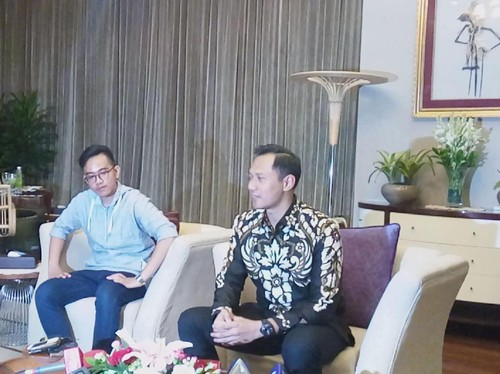 Foto: Adu Gaya Gibran Rakabuming dan Agus Yudhoyono, Siapa Lebih Stylish?