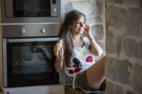 Musik yang tepat bisa mencegah makan berlebihan. Menurut penelitian, musik dengan irama pelan membuat perut lebih cepat kenyang. Musik yang terlalu keras, membuat lidah jadi kurang peka terhadap rasa sehingga asupan garam jadi berlebihan. Foto: Thinkstock