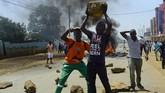 <p>Di Tana River, polisi melaporkan ada lima pria bersenjata pisau menyerang pos pemungutan suara dan menikam saru orang hingga tewas. (AFP Photo/Kevin Midigo)</p>