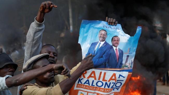 <p>Perkaranya, Raila Odinga, pemimpin oposisi yang berlaga melawan Presiden Uhuru Kenyatta dalam pemilu, menuding ada kecurangan pada sistem pemungutan suara. (Reuters/Goran Tomasevic)</p>