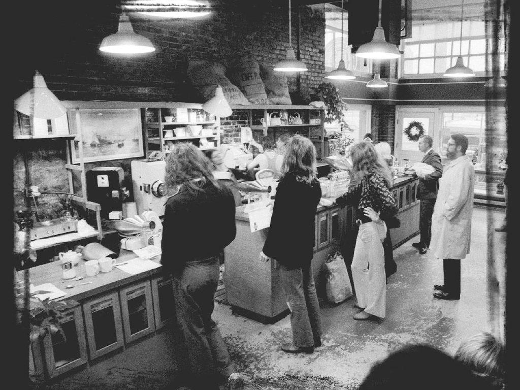 Penasaran dengan gerai pertama Starbucks? Inilah tampilannya di Pike Place Market tahun 1971. Nampak Starbucks sudah digemari penggemar kopi sejak pertama hadir. Foto: This Is Insider
