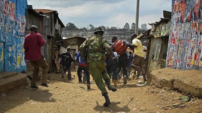 <p>Sementara itu, di kampung halaman Odinga di Kisumu, polisi sampai menggunakan gas air mata dan melepaskan tembakan ke arah pendukung sang pemimpin oposisi. (AFP Photo/Carl De Souza)</p>