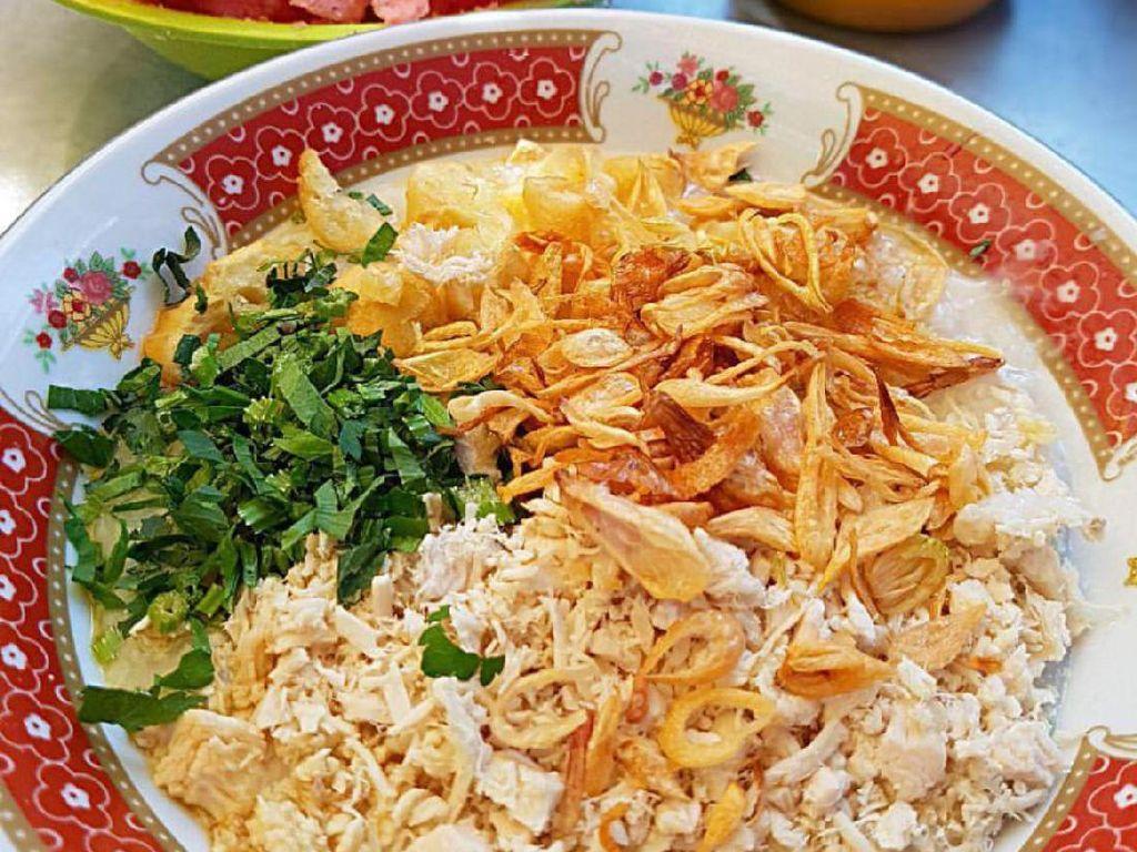 Buburnya kental, dengan taburan ayam yang kering jadi ciri khas bubur ayam Bandung. Gurih lembut, makin enak ditambah kecap dan kerupuk.