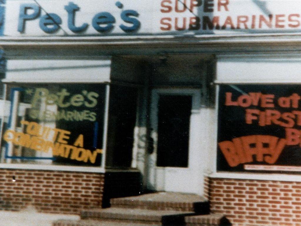 Subway adalah resto sandwich populer asal Amerika. Gerainya kini ada lebih dari 40.000 sejak hadir tahun 1968. Sebelum bernama Subway, resto ini bernama Petes Super Submarines di tahun 1965. Foto: This Is Insider