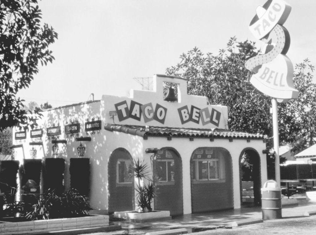 Siapa sangka bangunan Taco Bell berawal dari garasi bermuatan 2 mobil. Didirikan Glen Bell tahun 1962, resto dengan sajian Tex-Mex ini dulunya bernama Numero Uno. Foto: This Is Insider