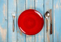 Warna merah identik dengan larangan. Menurut sebuah penelitian, makanan yang diletakkan di piring warna merah cenderung disantap lebih sedikit. Foto: Thinkstock