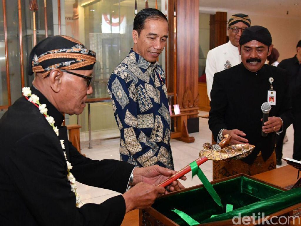 Pada kesempatan yang sama, Presiden Jokowi berjanji akan menyerahkan koleksi keris pribadinya untuk dirawat di Museum Keris Nusantara. Dari banyak koleksi yang dia punya, Jokowi akan menyumbangkan sedikitnya lima buah keris miliknya, termasuk keris-keris Indonesia yang baru-baru ini dikembalikan oleh Belanda. (Foto: Laily Rachev - Biro Pers Setpres)