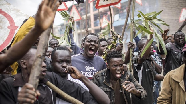 <p>Para pendukung Odinga pun mengamuk di berbagai penjuru negara. Setidaknya dua orang ditembak mati di Nairobi. Polisi mengatakan, dua orang itu memanfaatkan situasi ricuh untuk menjarah. (AFP Photo/Luis Tato)</p>