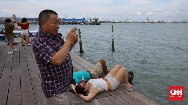 Aktivitas yang dilakukan pengunjung Lim Jetty juga menarik untuk diabadikan dalam konsepstreet photography (jalanan).
