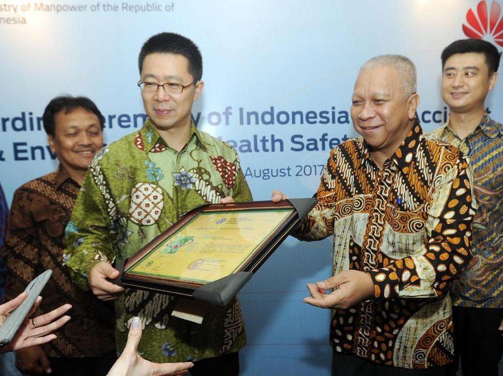 Huawei Indonesia diganjar penghargaan Zero Accident karena mampu menjaga keselamatan dan kesehatan kerja karyawannya. Foto: dok. Huawei