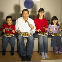 Makan yang sehat juga butuh konsentrasi. Menyantap makan malam sambil nonton TV misalnya, cenderung akan berlebihan karena otak menjadi kurang peka terhadap sinyal rasa kenyang. Foto: Thinkstock