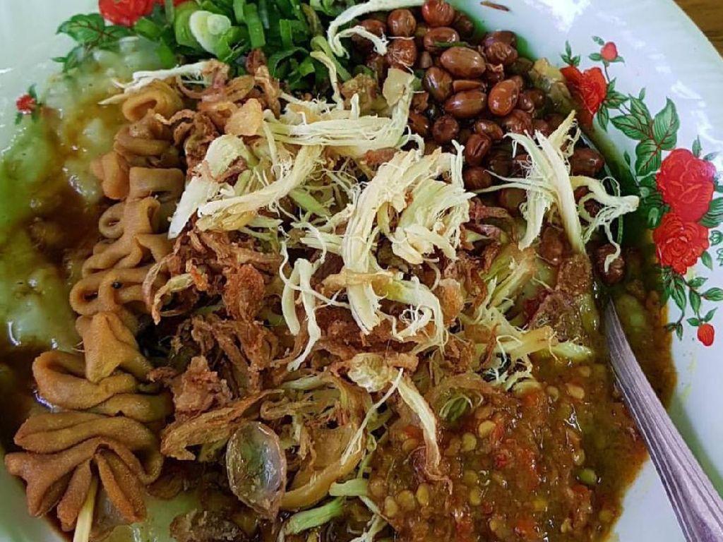 Bubur dari Tangerang ini memakai kuah kuning gaya Cirebon. Toppingnya pake kedelai goreng dan bisa nambah sate usus, ampela dan hati.