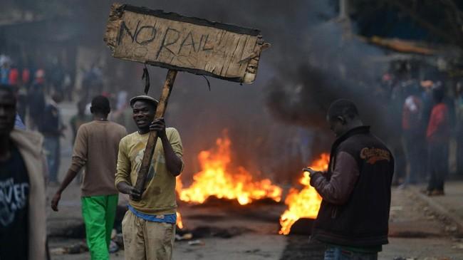 <p>Pernyataan ini dilontarkan setelah hasil hitung cepat dirilis pada Rabu (9/8). Dengan 94 persen suara yang sudah masuk, Kenyatta memimpin dengan angka 54,4 persen, terpaut jauh dari Odinga di angka 44,8 persen. (AFP Photo/Tony Karumba)</p>
