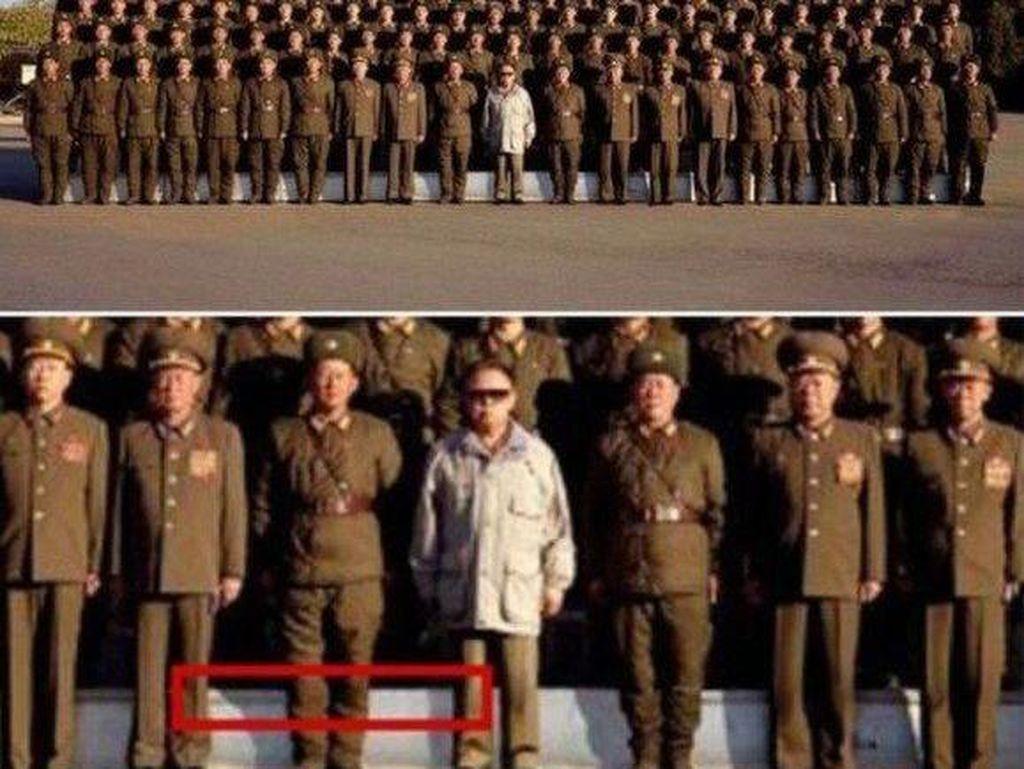 Foto dari tahun 2008 ini menampakan Kim Jong Il, pemimpin Korut saat itu, berada di depan barisan tentara. Tapi melihat bayangannya yang berbeda, dipastikan dia sebenarnya tidak pernah ada di sana. Foto: Istimewa