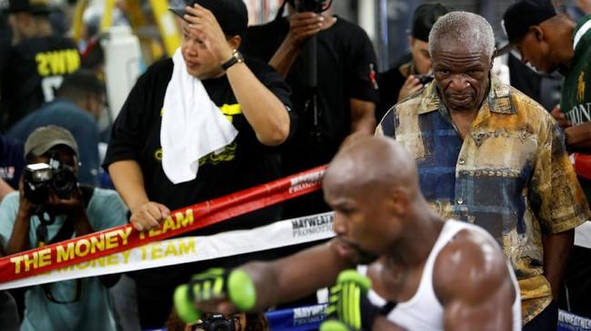 <p>Floyd Mayweather Jr. berlatih dalam pantauan sang ayah, Floyd Mayweather Sr. Pertarungan melawan Conor McGregor akan menggunakan peraturan tinju meski McGregor merupakan petarung UFC. (REUTERS/Las Vegas Sun/Steve Marcus)</p>