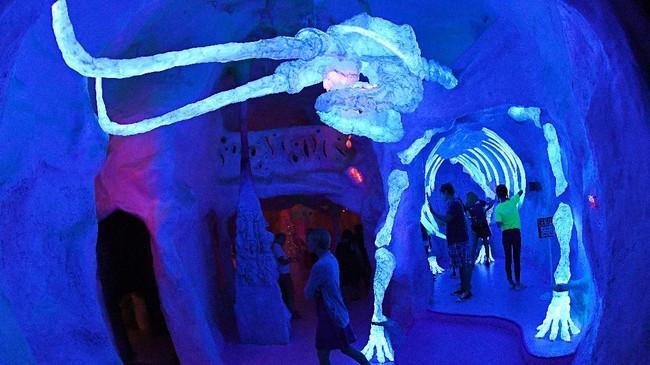 Ratusan seniman Meow Wolf art complex bersama penulis cerita serial televisi ternama Game of Thrones, George RR Martin, mengubah bekas area bowling menjadi instalasi seni permanen pertama mereka di Santa Fe, Meksiko dengan tema Eternal Return. (AFP PHOTO/Mark Ralston)