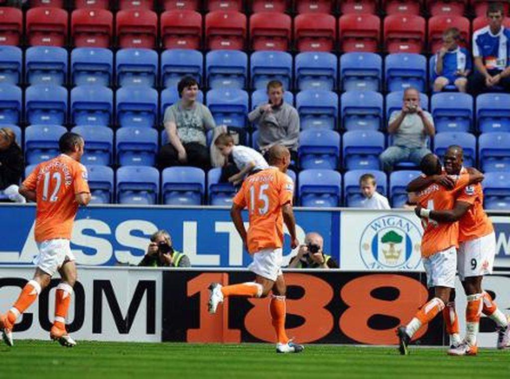 2010 - Wigan 0-4 Blackpool. Blackpool tampil dengan status debutan di Premier League. Maka kemenangan telak si anak bawang di kandang lawan pada laga perdananya terbilang cukup jadi kejutan. (Foto: PAUL ELLIS/AFP PHOTO)
