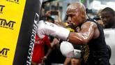 <p>Floyd Mayweather Jr. memukul sebuah samsak di Mayweather Boxing Club dalam persiapan melawan Conor McGregor. (REUTERS/Las Vegas Sun/Steve Marcus)</p>