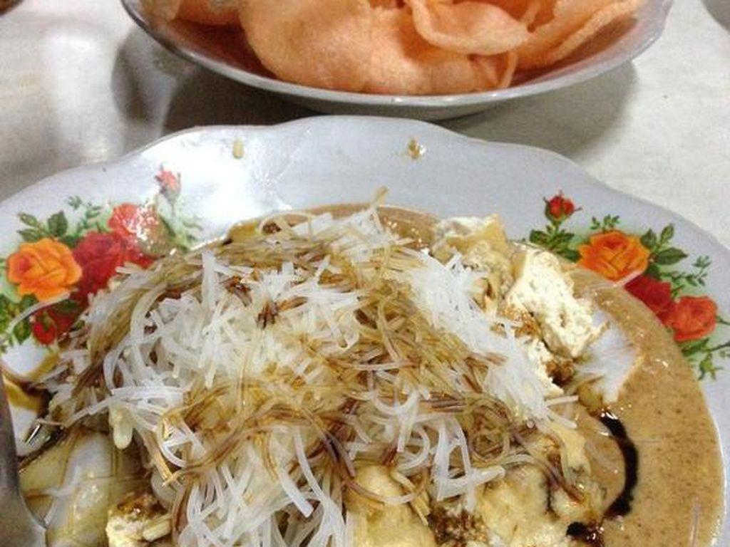 Sajian ini jadi salah satu makanan khas Indonesia yang menggunakan ketupat. Biasanya ketoprak dijual dengan menggunakan gerobak. Komposisi utamanya adalah tahu goreng, bihun, mentimun, tauge dengan campuran bumbu kacang yang gurih sedap. Beberapa jenis ketoprak juga ada yang menggunakan campuran telur goreng. Setelah itu, tambahkan kecap manis, taburan bawang goreng dan juga kerupuk. Harga seporsi ketoprak juga murah loh, mulai dari Rp 9.000 hingga Rp 12.000. Foto: Istimewa