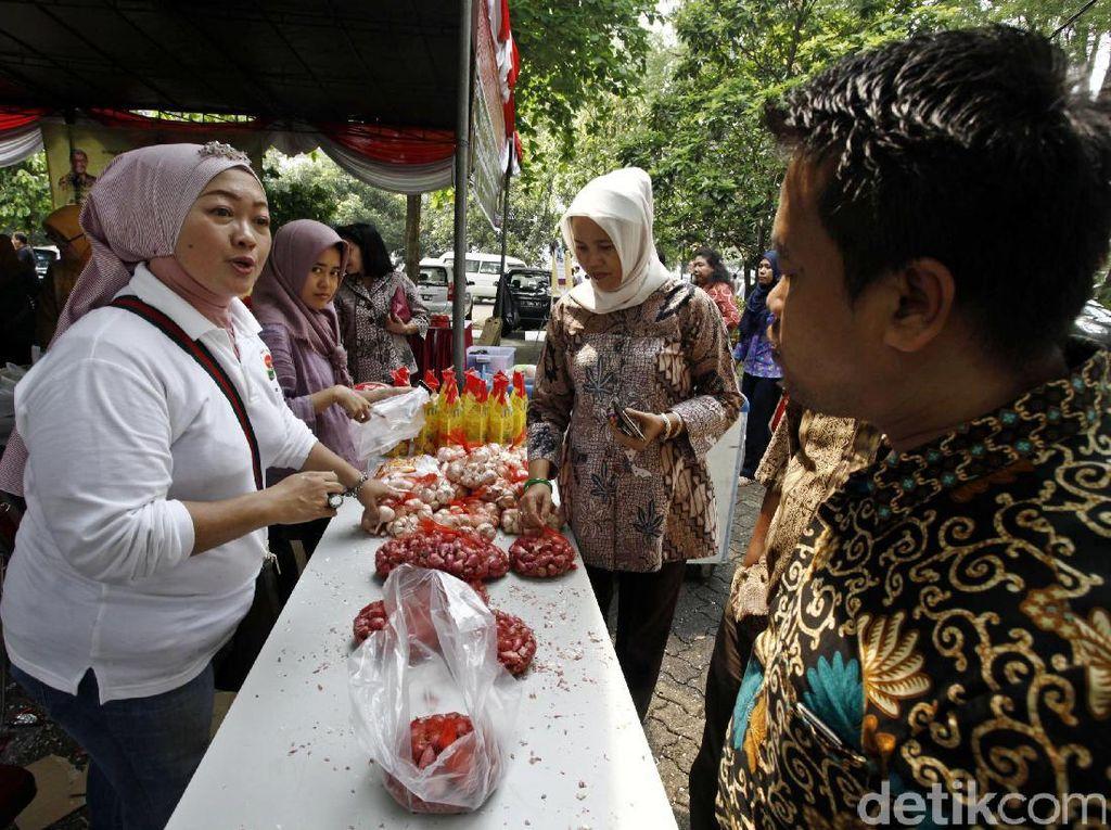 Bazar tersebut menjual berbagai produk pangan lokal milik UMKM dari Provinsi DKI Jakarta, Jawa Barat, dan Banten.