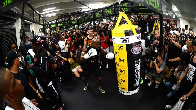<p>Puluhan jurnalis datang ke Mayweather Boxing Club untuk menyaksikan langsung latihan terbuka Floyd Mayweather Jr. (REUTERS/Joe Camporeale-USA TODAY Sports)</p>