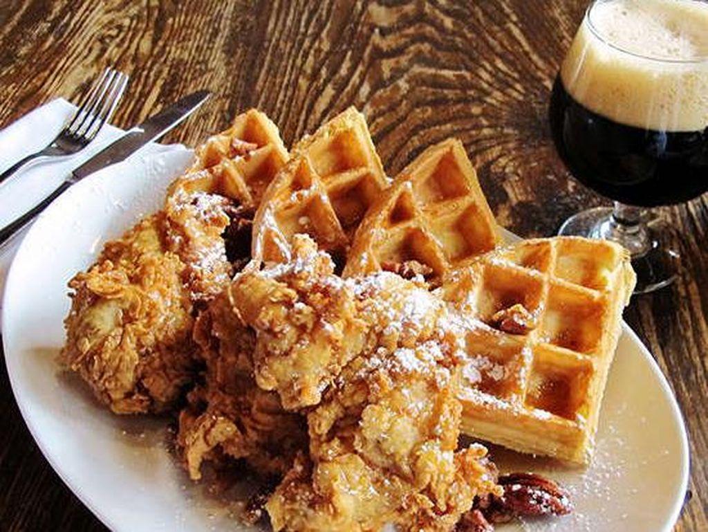 Birch & Barley, Washington DC, memiliki hidangan ayam goreng dan waffle Belgia dengan buttered pecans dan sirup maple. Porsinya mengenyangkan! Foto: Istimewa