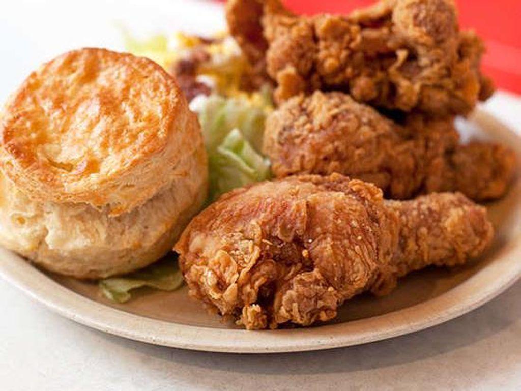 Pies 'n Thighs, Brookyn, New York City menyuguhkan ayam goreng juicy dengan bumbu lada hitam, cabai merah keriting, dan paprika. Huah! Pedas renyah! Foto: iStock