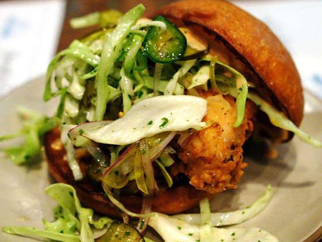 Son of a Gun; Los Angeles, CA, menyajikan sandwich ayam goreng yang sempurna. Ayam goreng ditumpuk dengan kubis pedas, selada parut dan Sriracha aioli dalam roti brioche. Foto: Istimewa