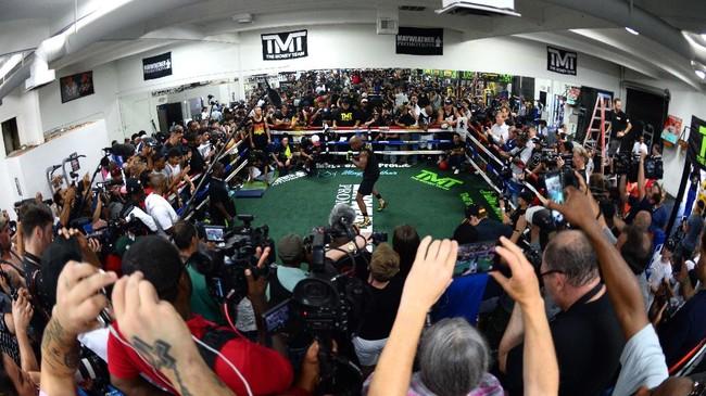<p>Dengan setujuh menghadapi Conor McGregor, Floyd Mayweather Jr. setidaknya dikabarkan bisa meraih pendapatan hingga Rp1,3 triliun. (REUTERS/Joe Camporeale-USA TODAY Sports)</p>