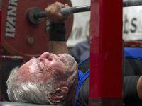 Di usia 91 tahun Sy Perlis berhasil memecahkan rekor mengangkat besi seberat 187,2 kilogram. (Foto: Instagram/alleyoopdrink)