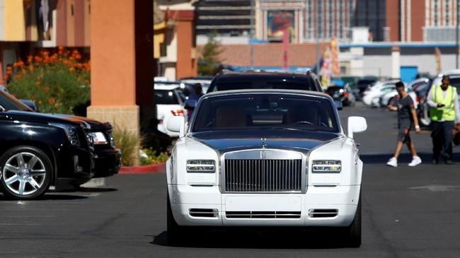 <p>Floyd Mayweather Jr. datang dan meninggalkan Mayweather Boxing Club menggunakan mobil mewah Rolls Royce. (REUTERS/Las Vegas Sun/Steve Marcus)</p>