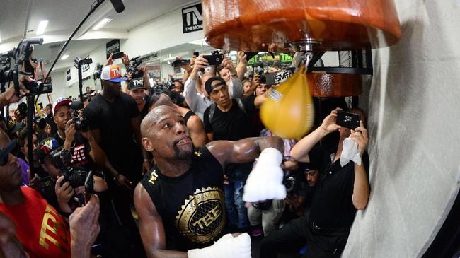 <p>Floyd Mayweather Jr. memukul sebuah speed bag. Tiket termurah untuk menyaksikan pertarungan Mayweather melawan Conor McGregor di T-Mobile Arena, Las Vegas, adalah US$3.500 atau sekitar Rp46 juta. (REUTERS/Joe Camporeale-USA TODAY Sports)</p>