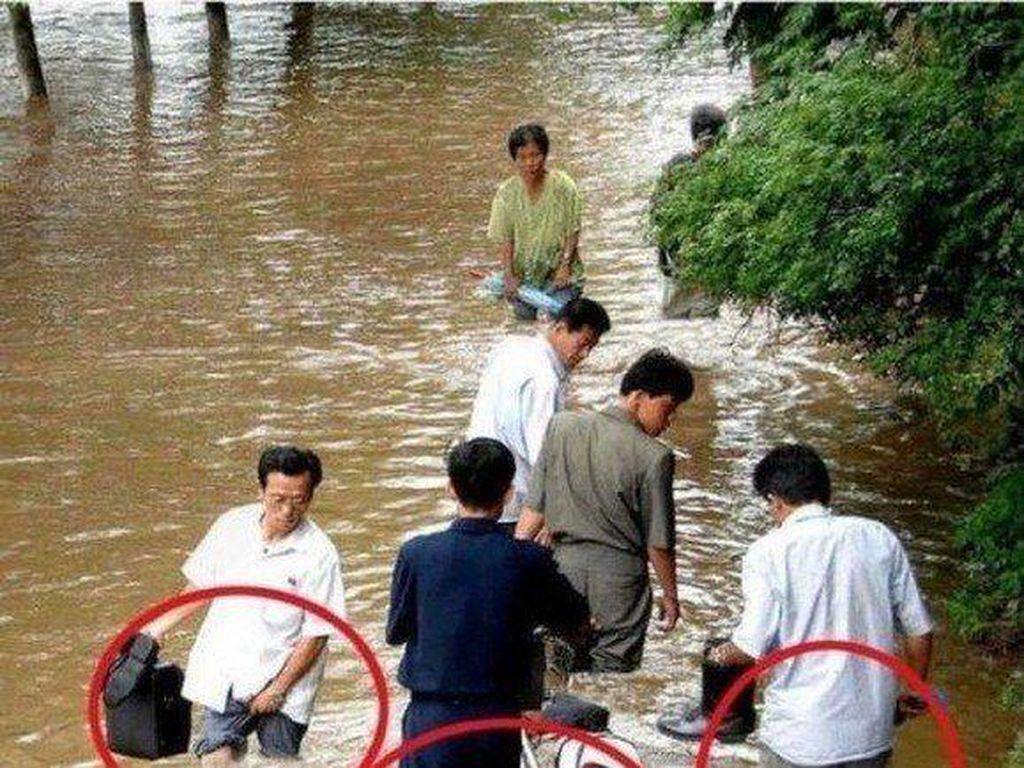 Foto banjir ini dikeluarkan Korut pada tahun 2012 yang menggambarkan keadaannya tidak begitu parah. Tapi foto itu rekayasa yang terlihat dari gambar yang tidak mulus. Kenyataannya, puluhan ribu orang harus mengungsi akibat banjir itu. Foto: Istimewa