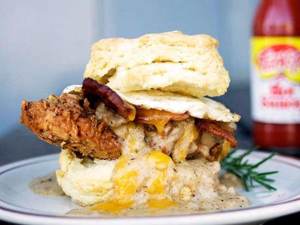 Di Pine State Biscuits; Portland, OR, Anda bisa mendapatkan roti berisi ayam goreng buttermilk dengan tomat hijau goreng, selada dan saus blue cheese. Foto: Istimewa