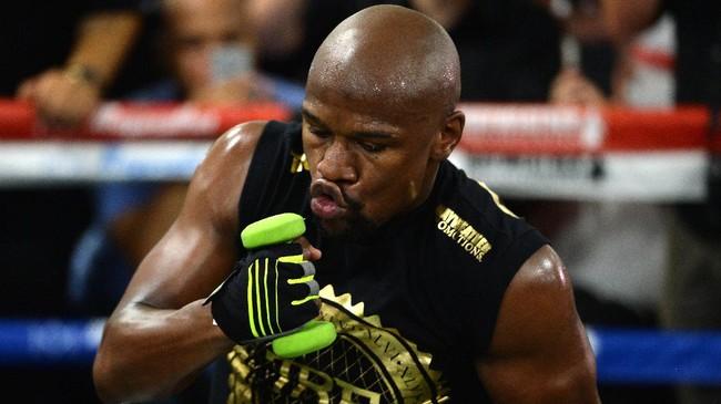 <p>Dengan menggelar latihan terbuka, Floyd Mayweather Jr. ingin menunjukkan kalau dirinya masih dalam kondisi fit untuk bertarung meski sudah pensiun sejak 2015. (REUTERS/Joe Camporeale-USA TODAY Sports)</p>