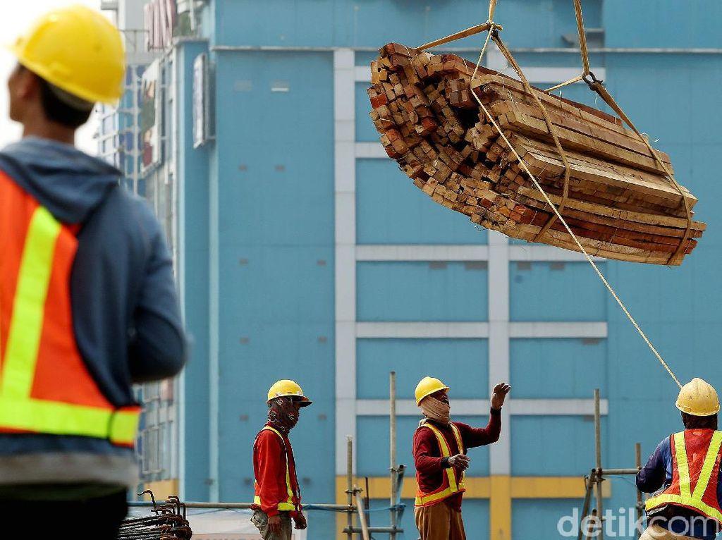 Kayu untuk pembangunan MRT dipindah menggunakan crane.