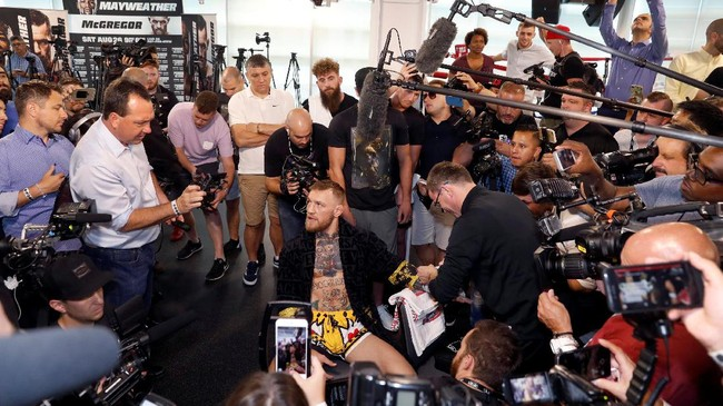 Conor McGregor menggelar latihan terbuka satu hari setelah Floyd Mayweather Jr. melakukannya juga di Las Vegas. Sama seperti latihan Mayweather, latihan terbuka McGregor juga dihadiri puluhan media. (REUTERS/Steve Marcus)