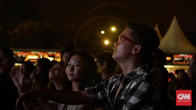 <p>Pengunjung pun asyik mengikuti alunan dan dentuman musik yang disuguhkan para musisi yang tampil.</p>