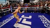 Conor McGregor melakukan pemanasan sebelum menjalani latihan. Petarung UFC asal Republik Irlandia itu dijadwalkan menghadapi Floyd Mayweather di T-Mobile Arena, Las Vegas, 26 Agustus mendatang. (REUTERS/Steve Marcus)