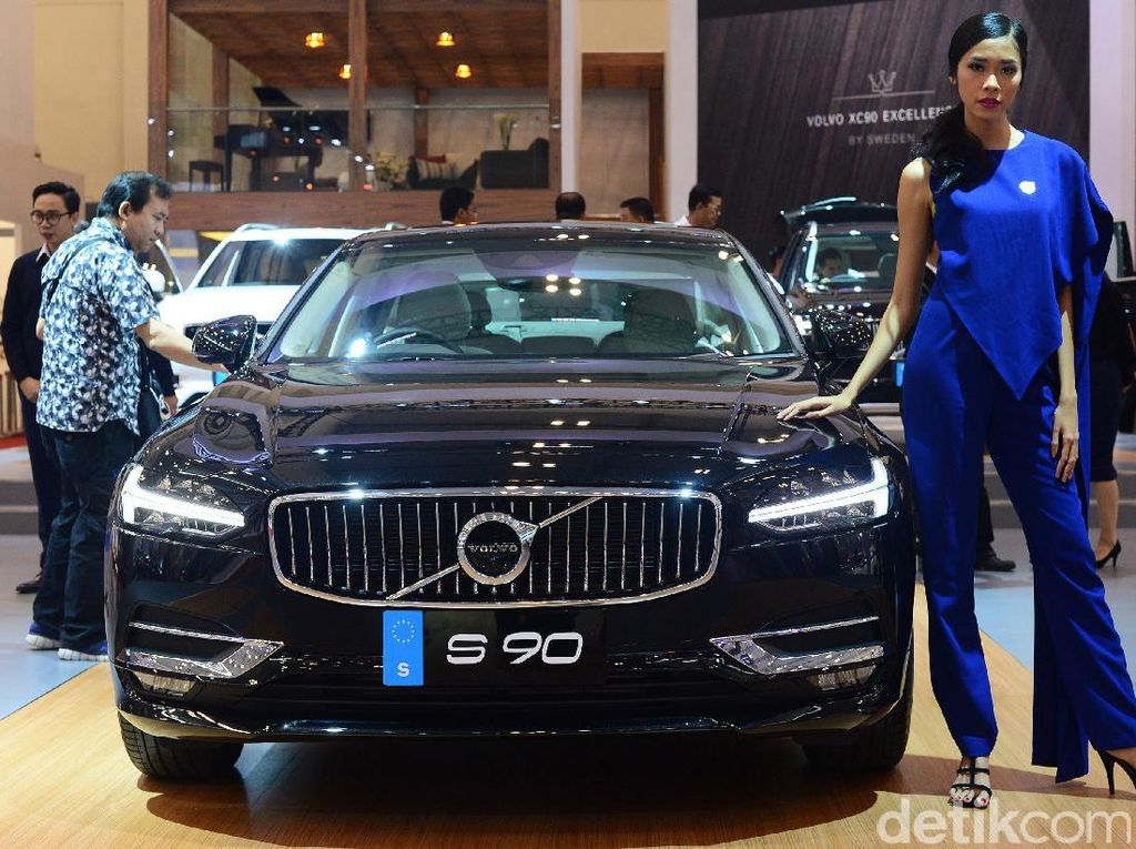 Tahun 2017, mobil asal Swedia itu akhirnya kembali memboyong mobilnya mengaspal di Indonesia lewat PT Garansindo Distributor Indonesia (GDI) dimana bosnya merupakan penggemar berat merek Volvo. Tak tanggung-tanggung empat mobil baru diluncurkan langsung.